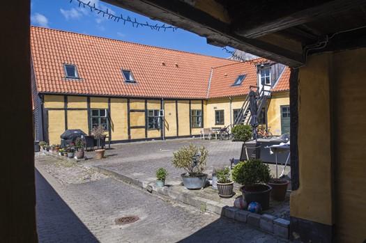 Billede 2 - Gårdspladsen i dag. Foto: Axel Gadegaard, maj 2021