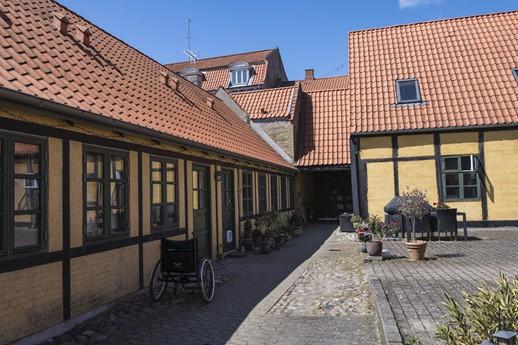 Billede 3 - Gårdspladsen i dag. Foto: Axel Gadegaard, maj 2021